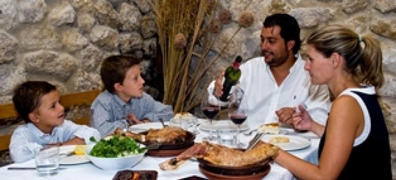 Familia disfrutando en un restaurante de la Ruta